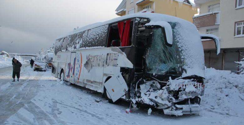 Yolcu otobüsü ile iş makinesi çarpıştı 7 yaralı